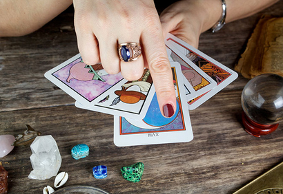 How to read tarot cards?